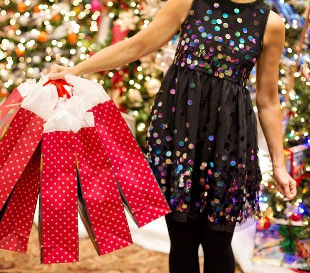 frau weihnachten stress einkaufen